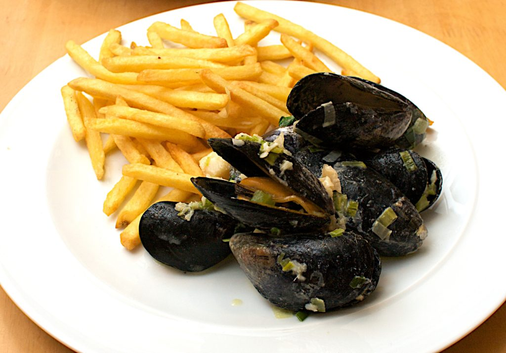 The traditionnal mussels with chips as in the Pub de Carqueiranne